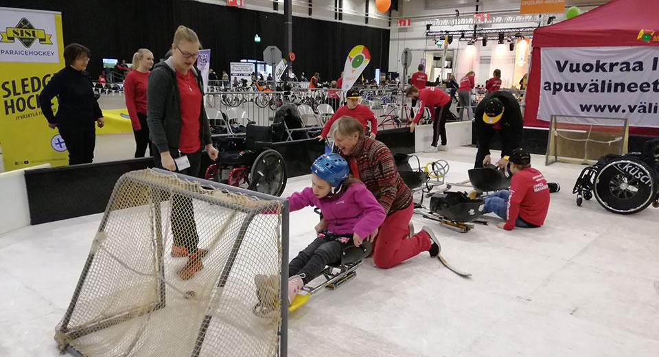 Apuväinemessut Tampereella, soveltava jääkiekko.