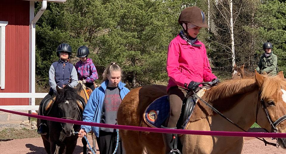 Lapset ratsastavat hevosilla Huittisten ratsastuslomalla.