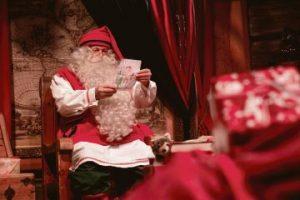 Joulupukki lukee postia