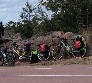 Tandem ja tavallinen polkupyörä nojaavat kalliota vasten.